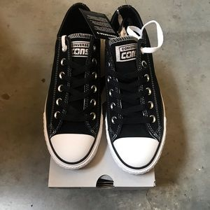 Converse (Cons) Chuck Taylor suede low top. New!!